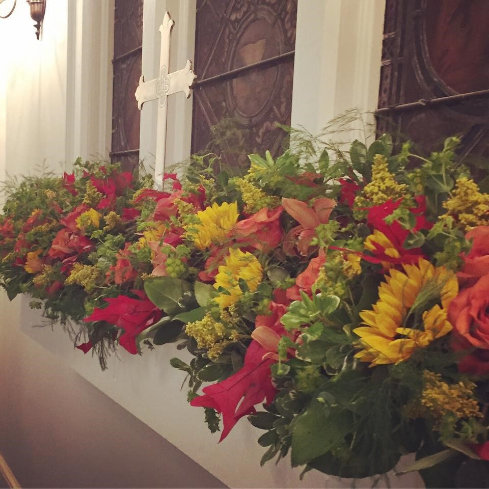 Kelly Skaggs provided a stunning autumnal flower arrangement for the altar.