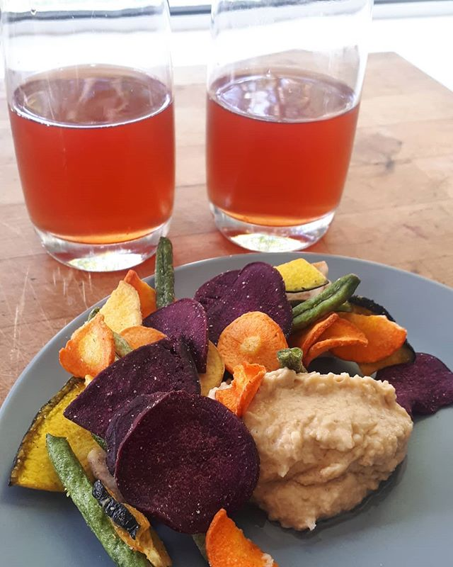 Living a healthy lifestyle is: casually having home brewed kombucha, veg chips and hummus on hand when you have a dietitian come round 😅 few...