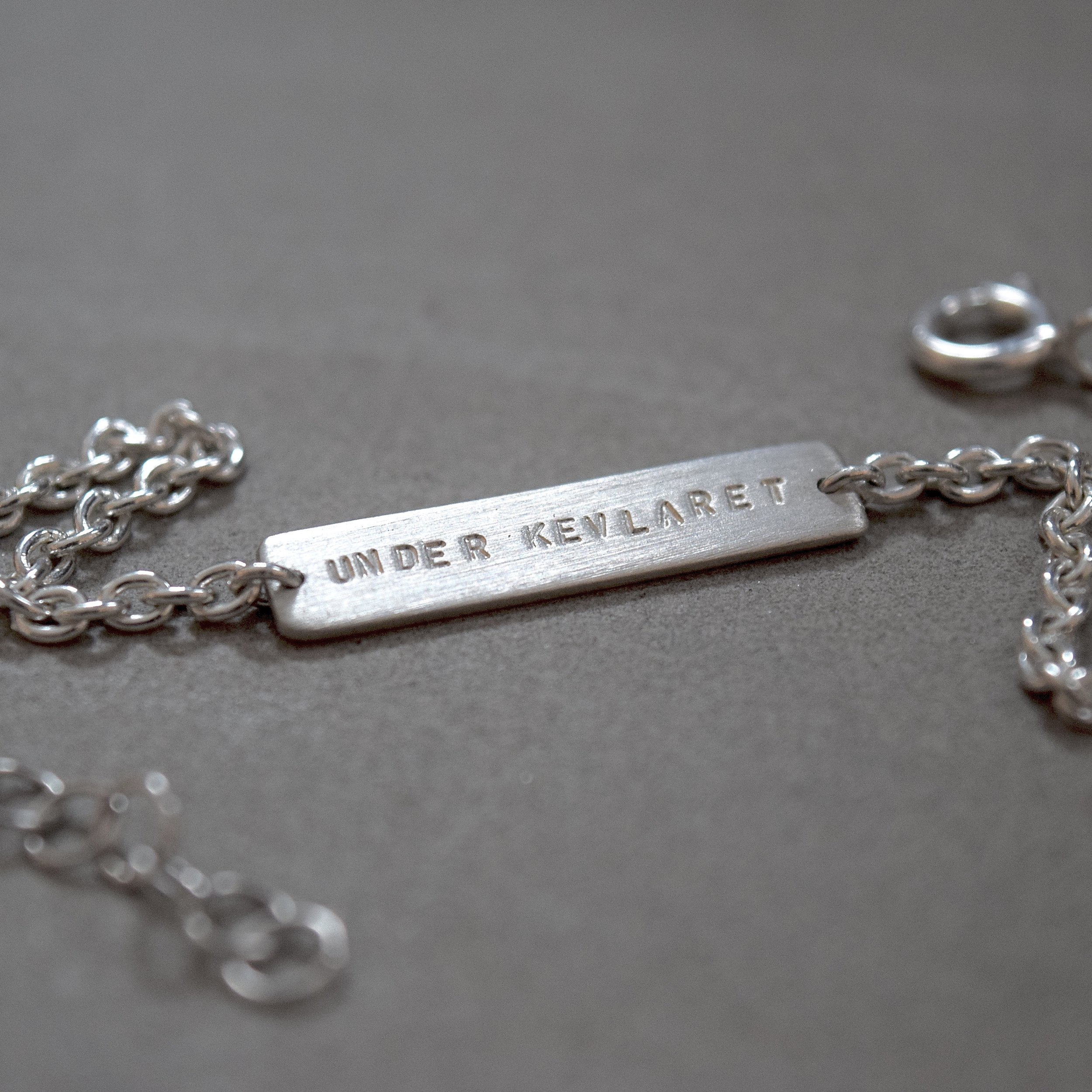 KÖP ETT UK-ARMBAND! - UK-armband av äkta silver, levererat i en box med en personlig hälsning. Perfekt som gåva till någon hjälp dig att skapa djupare samtal, eller kanske till någon DU vill börja skapa djupare samtal med!