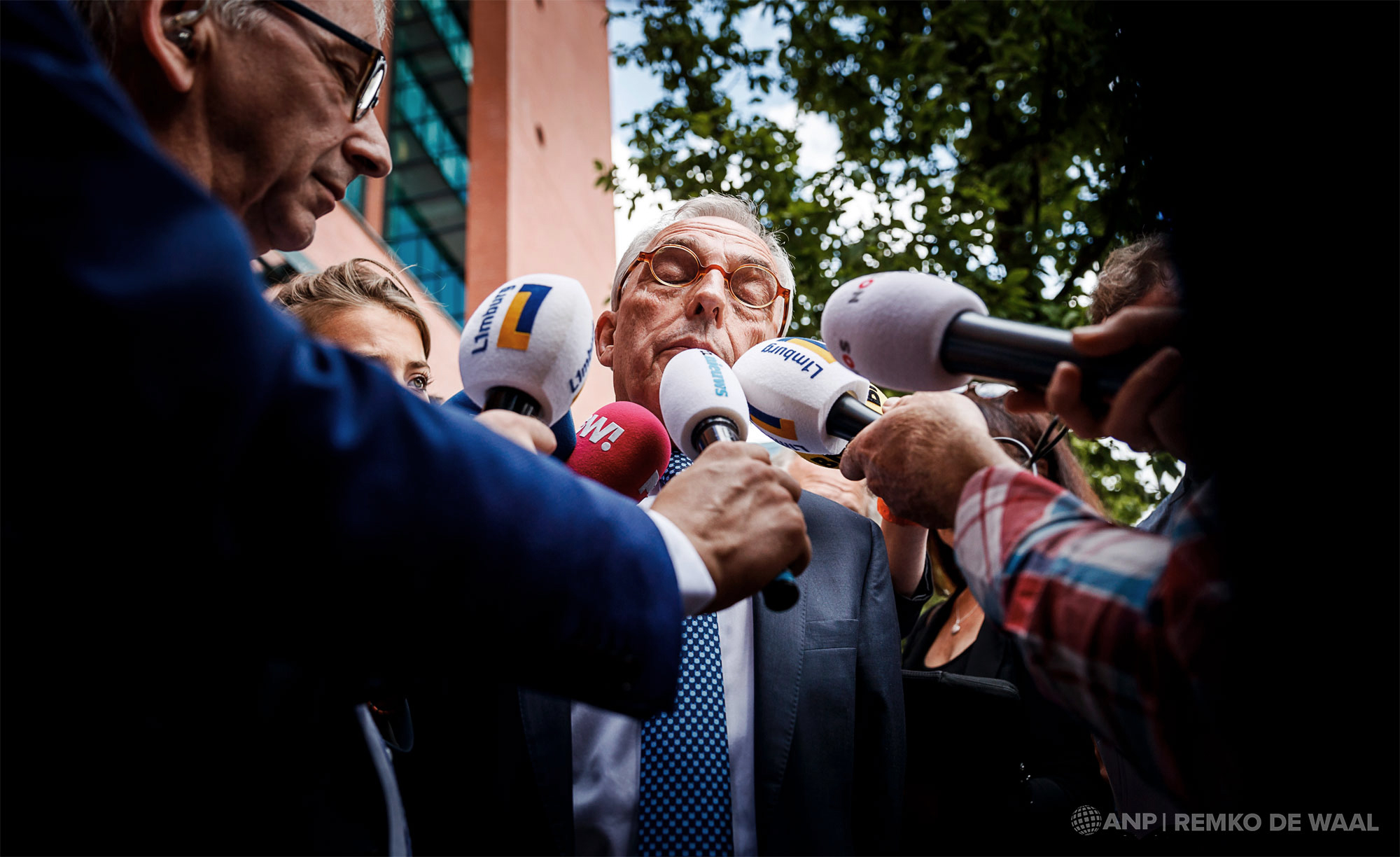 Oud-wethouder Jos van Rey verlaat de rechtbank in Rotterdam, na afloop van de uitspraak in zijn strafzaak.