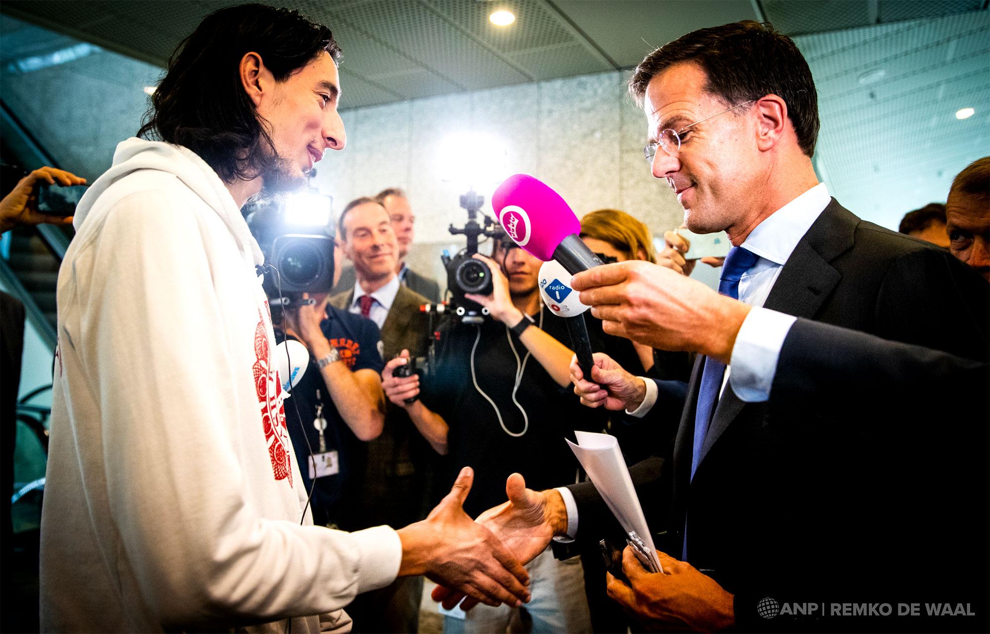 ''Tuigvlogger'' Ismail Ilgun schudt premier Mark Rutte de hand nadat hij hem had uitgemaakt voor tuig van de richel.