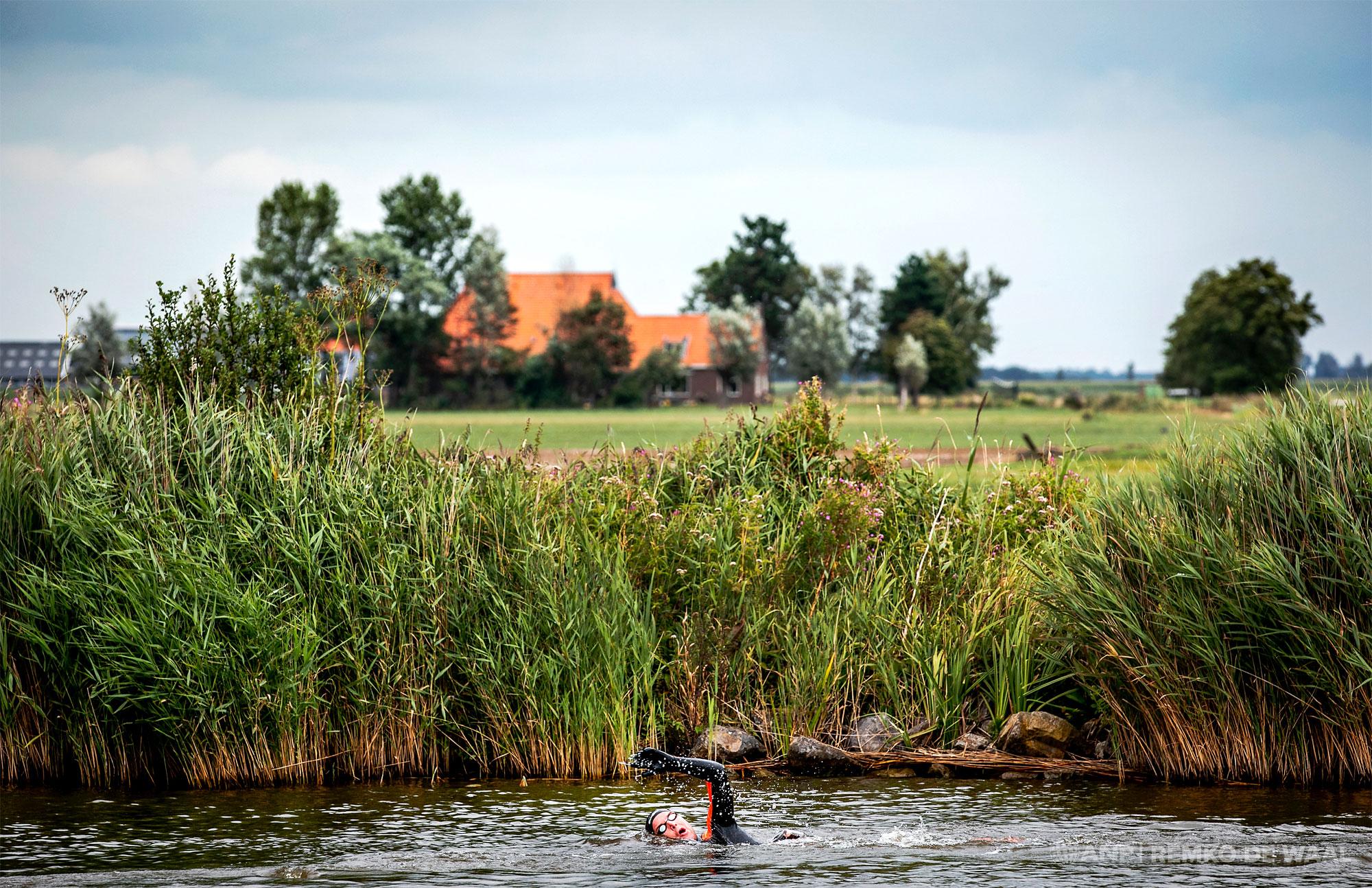 Olympisch zwemkampioen Maarten van der Weijden op de eerste dag van zijn 11stedenzwemtocht ter hoogte van Sloten.