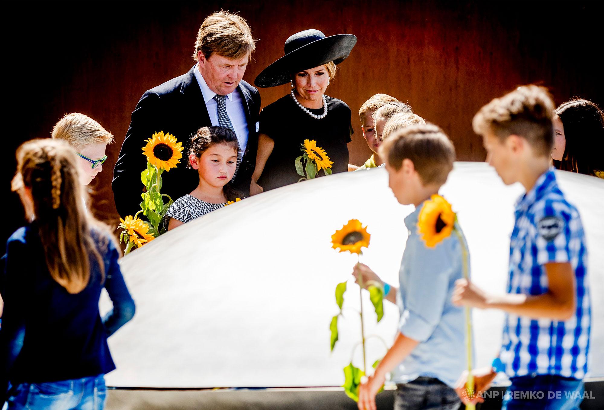 Koning Willem-Alexander en koningin Maxima tijdens de onthulling van het Nationaal Monument MH17.