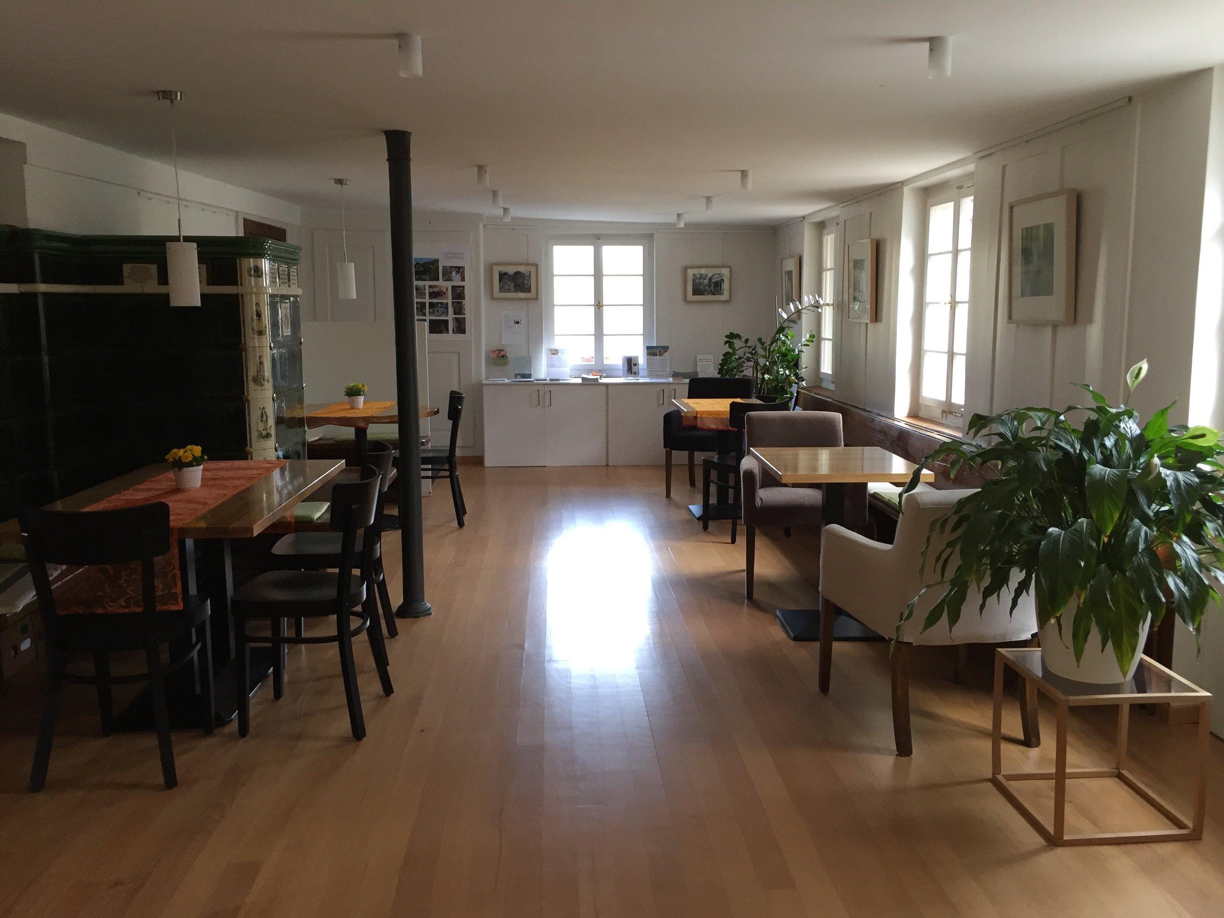 Gaststube - 36m2 für Gruppen bis max. 24 PersonenGeeignet für Kulturveranstaltungen, Bistro-BetriebAusstattung: Tische, Stühle, grosser KachelofenPreis: Auf Anfrage