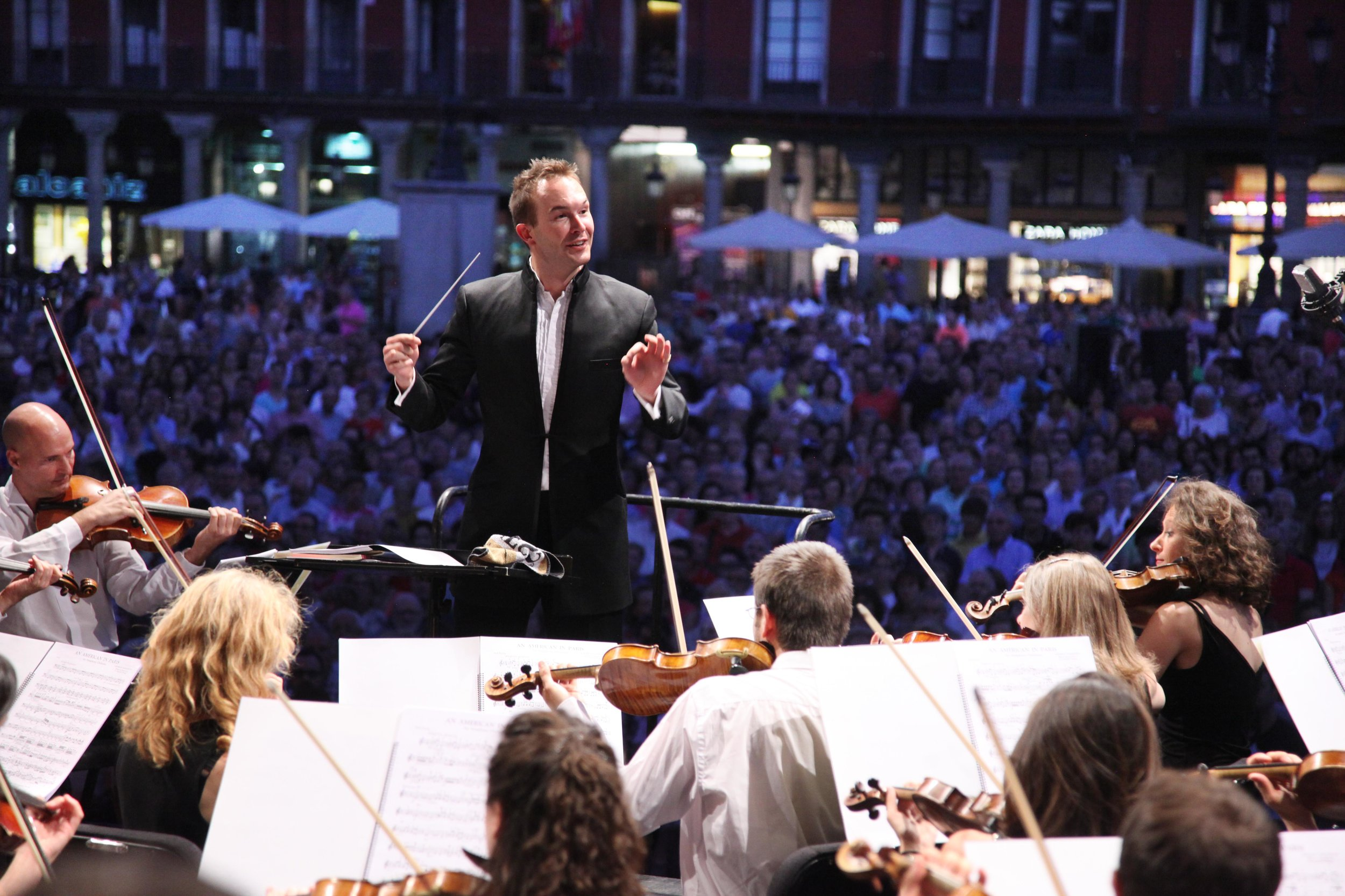 11/ Conducting the OSCYL in an open-air concert in Valladolid