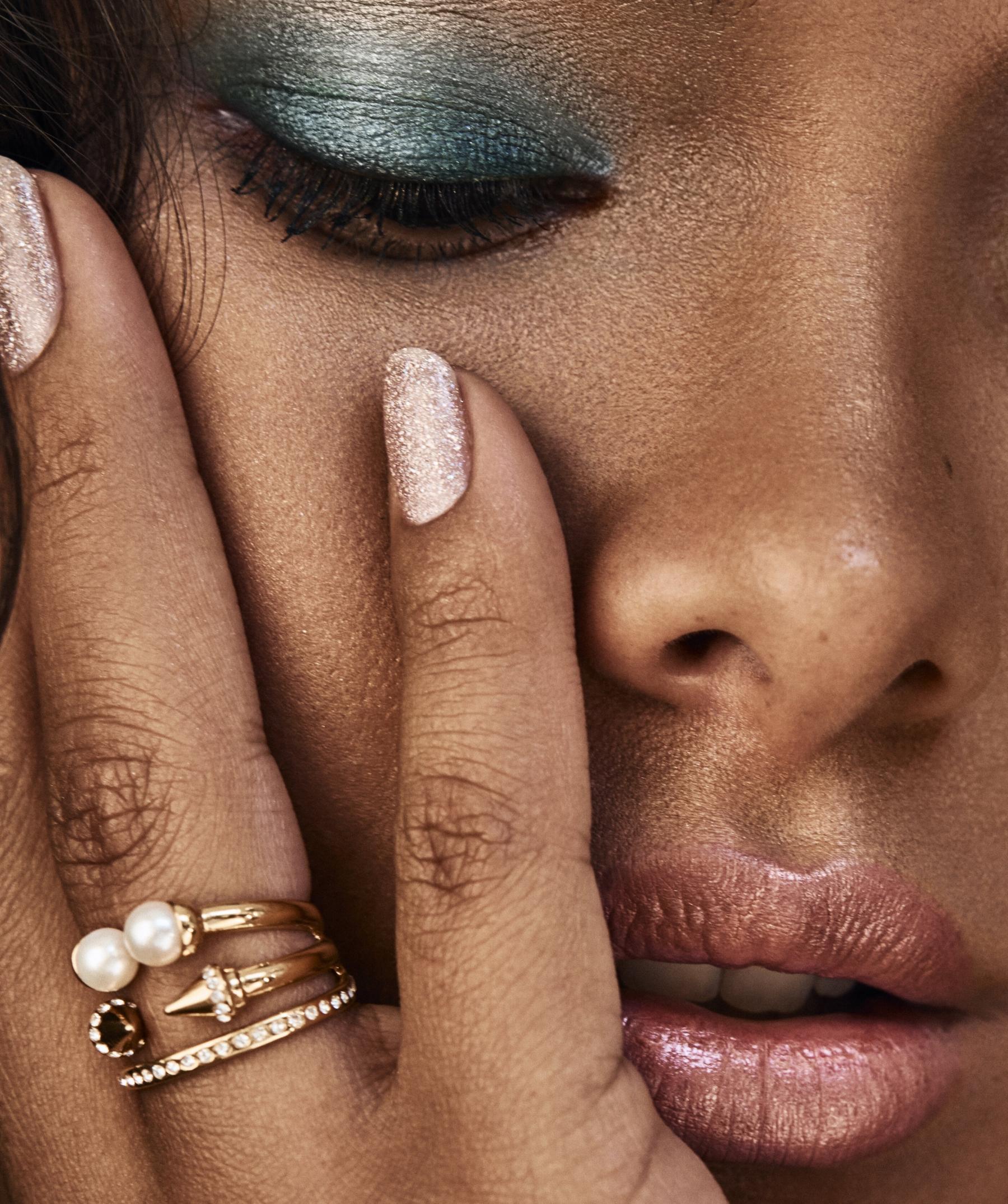 tori_h_beauty-Lais-glitter-nails-1.jpg