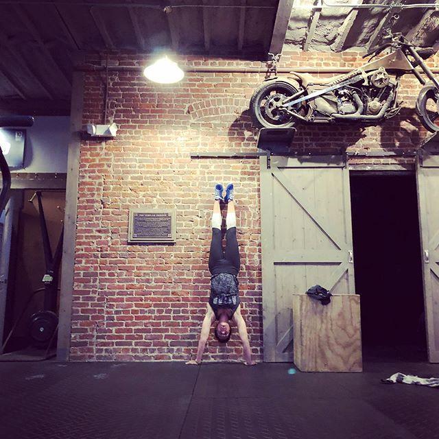 Beginning the day inverted...@hybridwods #hybridwod #handstand #gymnasty #crossfit