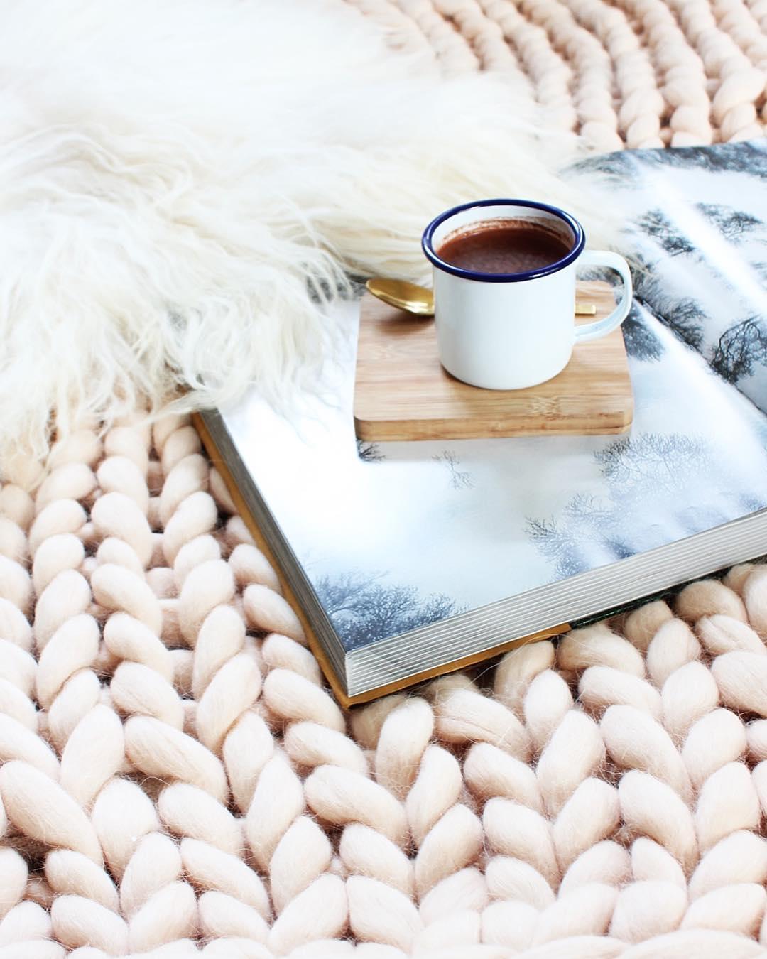 Chunky knit backdrop. Picture: @danibarrois via Instagram