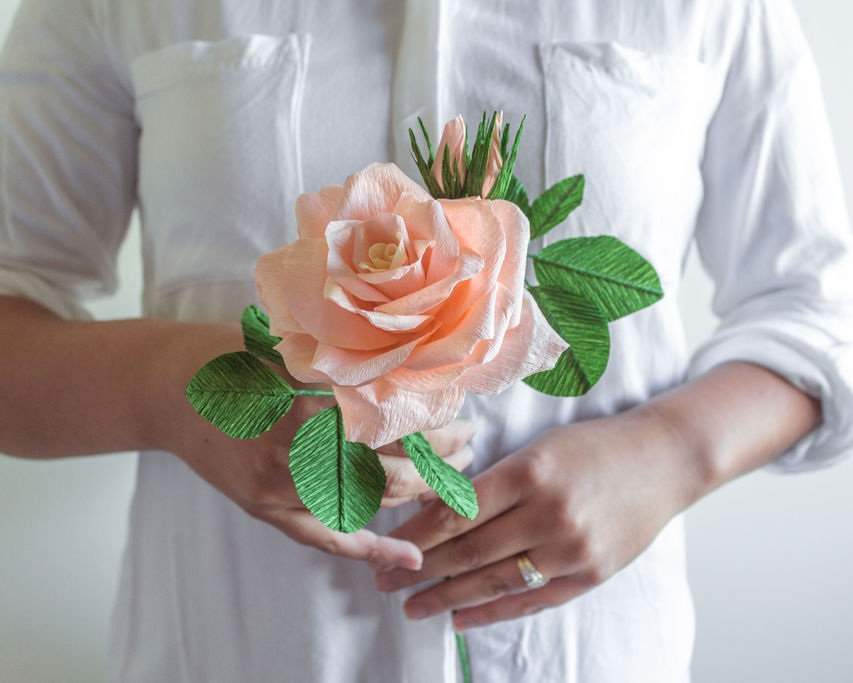 A beautiful single paper rose. Source: Lisel Vonhoff from  @bellebouquets