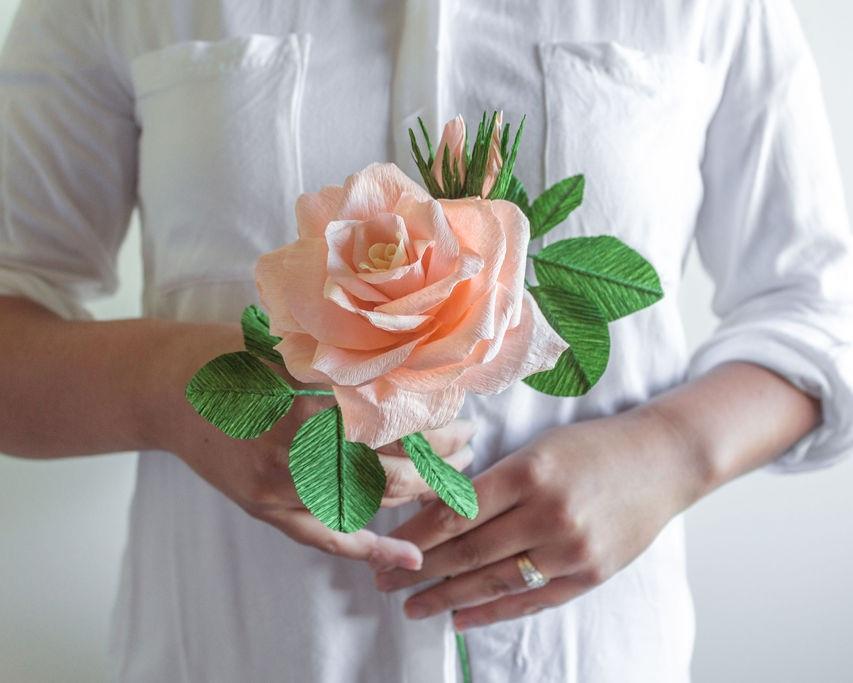 A beautiful single paper rose. Source: Lisel Vonhoff from  @bellebouquets