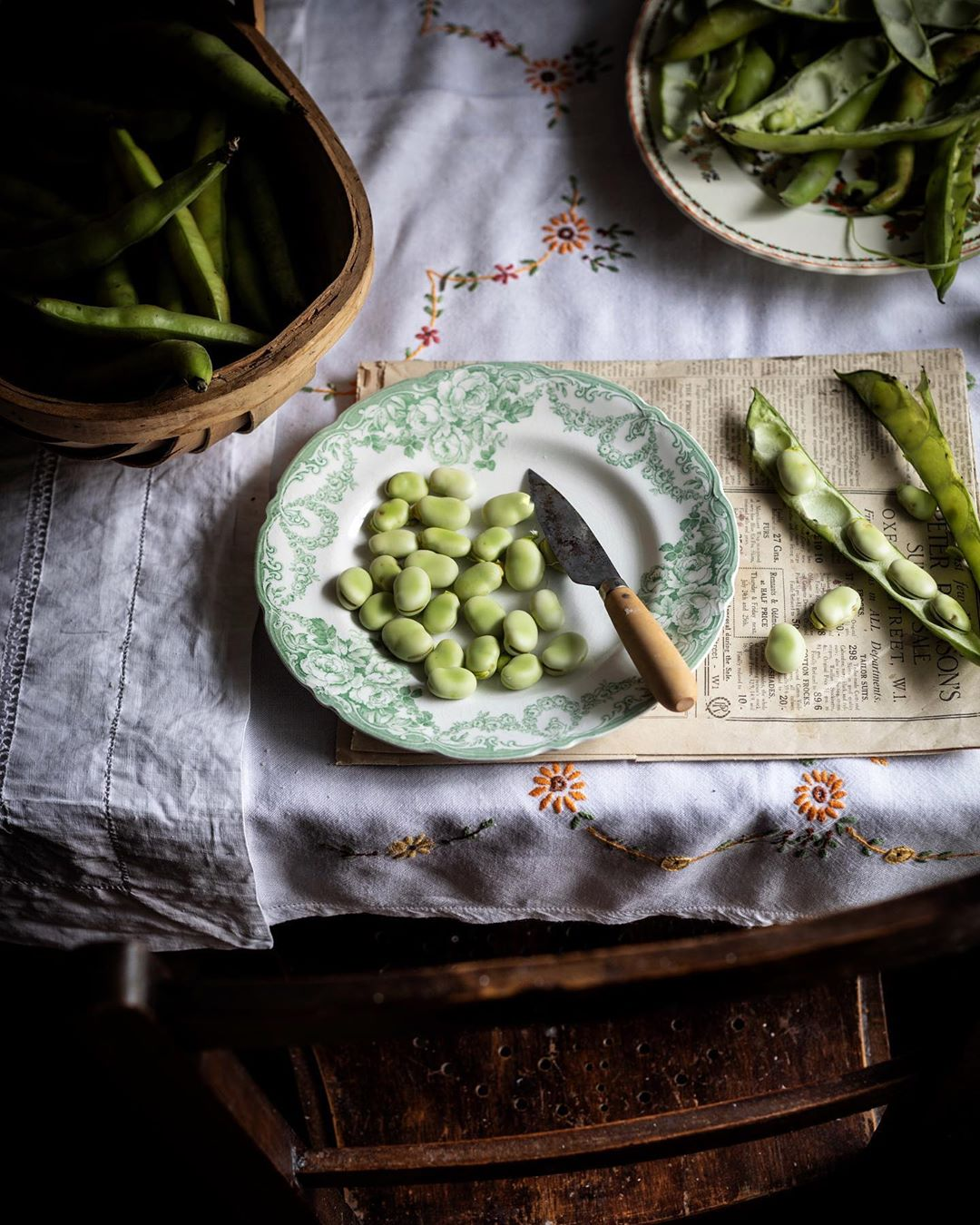 Preparing broad beans fresh from the garden. Source:  @twiggstudios
