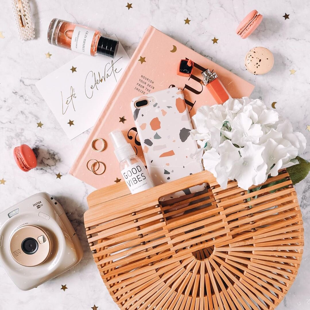 A flatlay of all the essentials. Source:  @ardaisy_