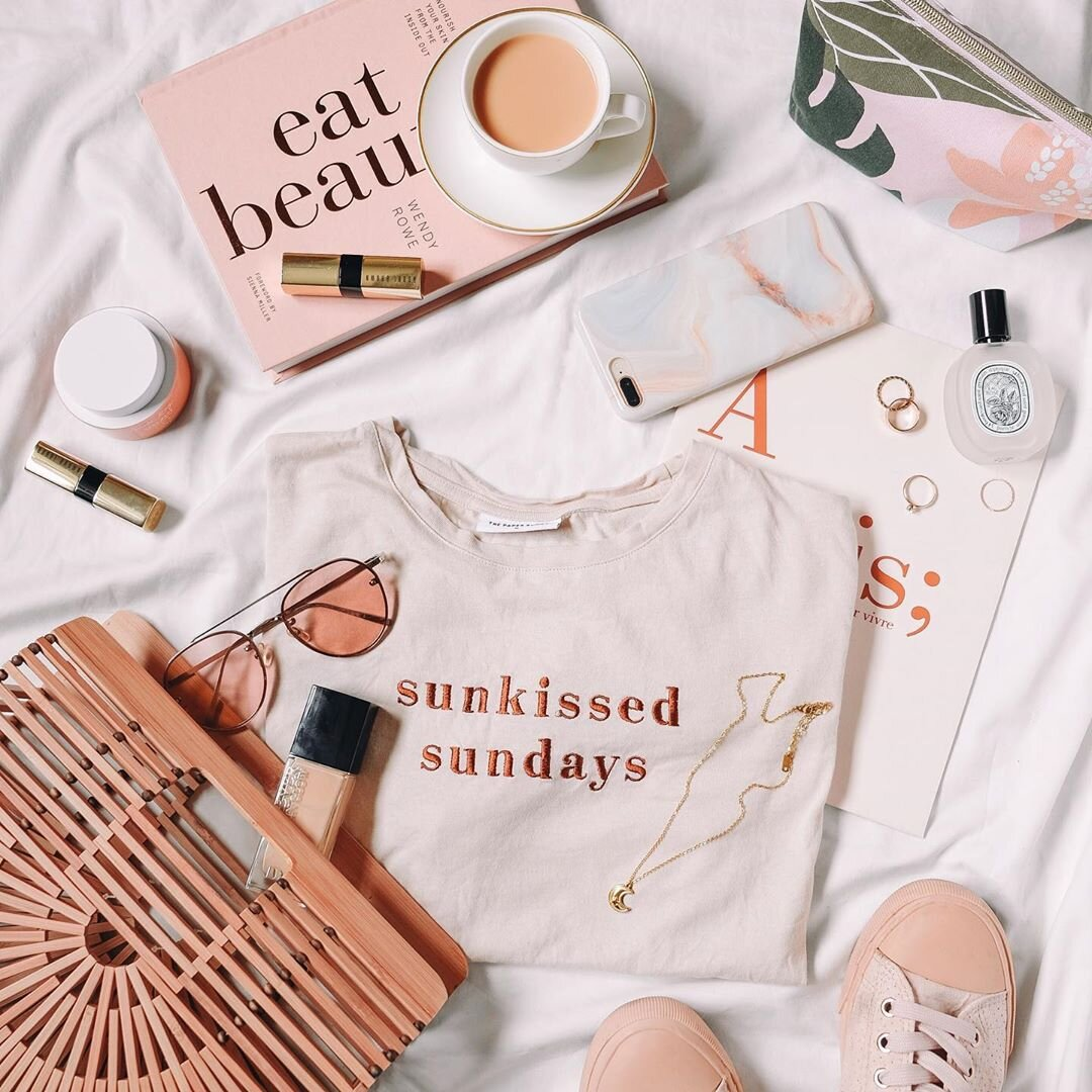 These peachy sunglasses add to the peachy keen theme of this flatlay. Source:  @ardaisy_