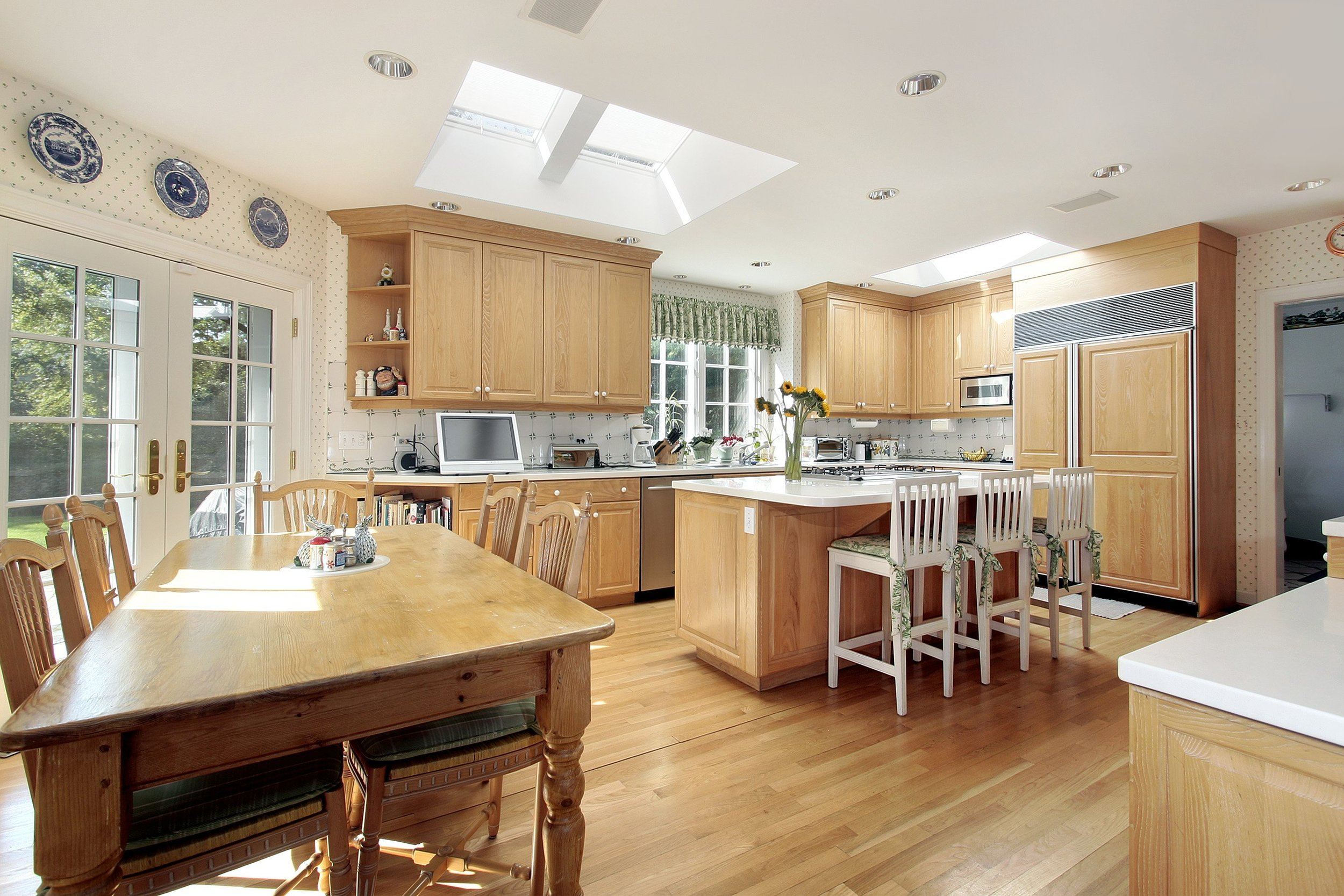 Kitchen-WithLightWood-Traditional-shutterstock_29066182.jpg