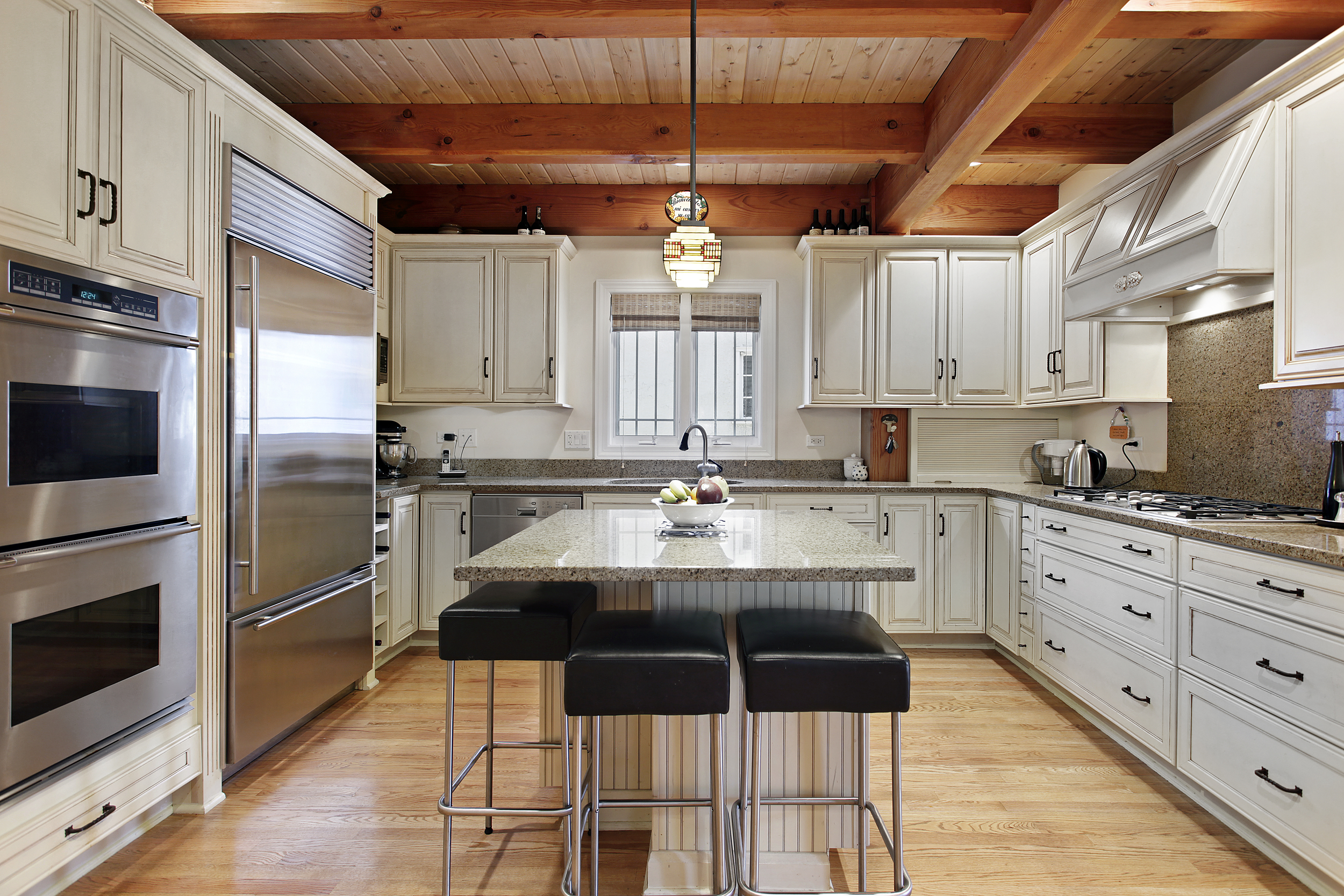 Kitchen-White+Wood-Country+Modern-shutterstock_47444167.jpg