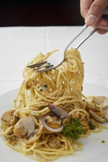 Spaghetti aglio olio e pepperoncino con vongole