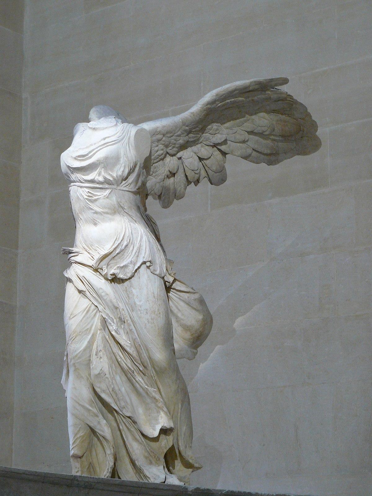 1200px-Victoire_de_Samothrace_-_vue_de_trois-quart_gauche,_gros_plan_de_la_statue_(2).JPG