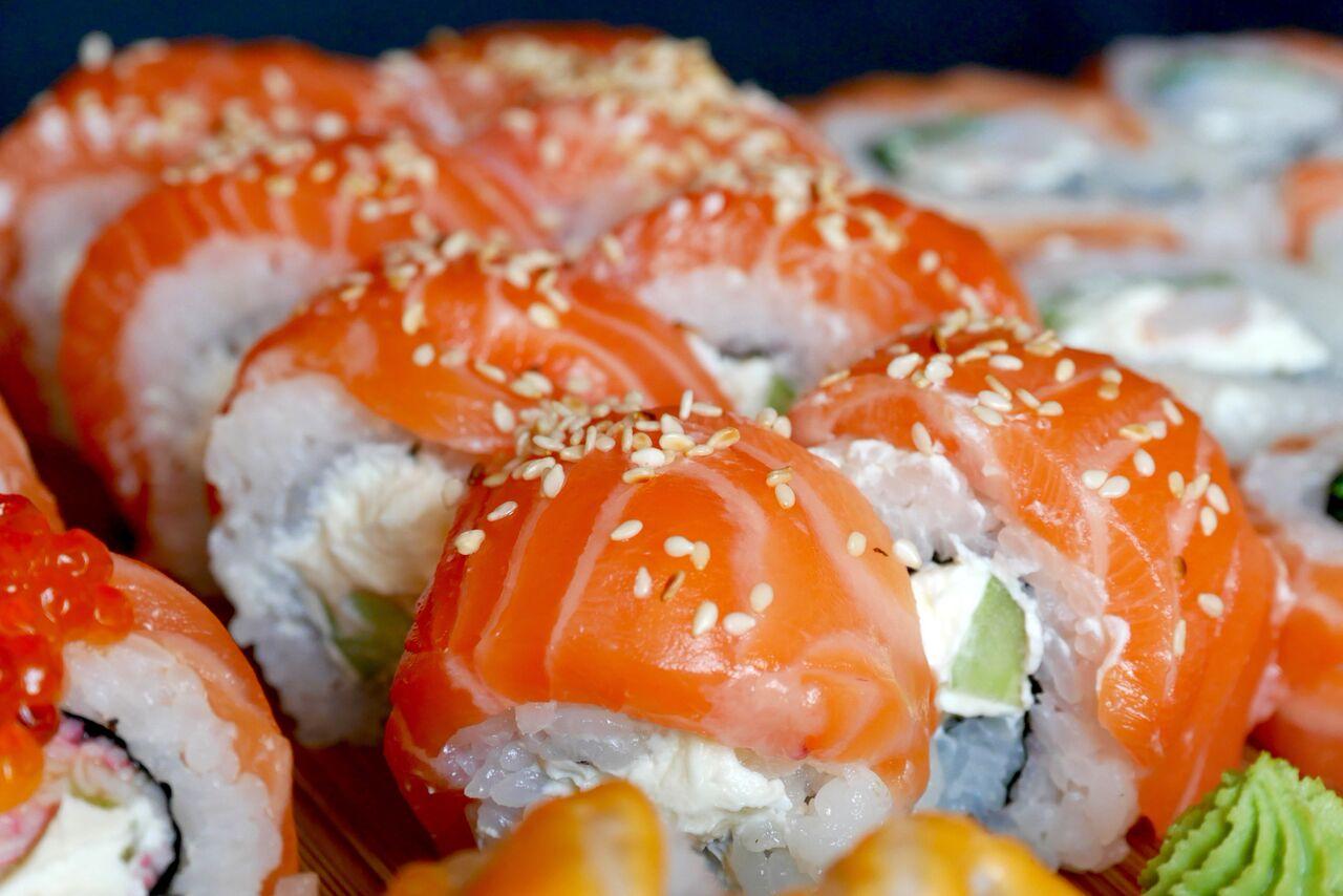 GIFU 5,4€ (8 tk)   Lõhe, kurk, toorjuust.  See on vast see kõige tavalisem (Ida-)Euroopa fusion sushi, mis kergesti südameid võidab. Selle sushi hinnang oleneb väga sellest, kes seda sööb. Kui seda sööb täielik toorjuustu fänn, siis on see talle üks unelmate amps! Kui aga toorjuustu nii väga ei armastata, siis võib inimene tunda sisu puhul pisut ebatasakaalu, sest toorjuustu ülekaal on suur. Muud komponendid olid väga hästi kokkusobivad ja kala oli imepehme, kuid 10% mingisugust särtsakust või sädet jäi veel puudu, et sushi perfektne oleks.