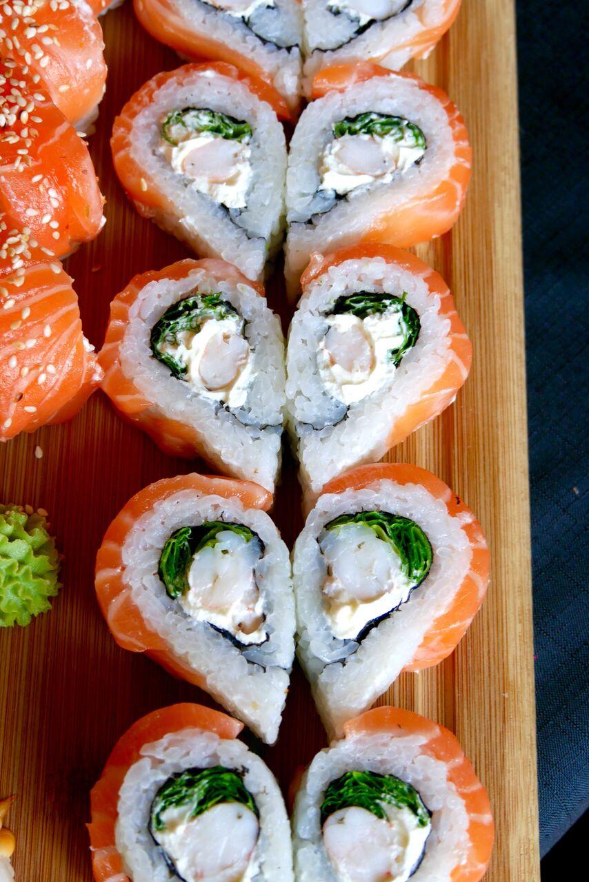 TOKYO 9,4€ (10 tk)   Hiidkrevett, lehtsalat, lõhe, toorjuust.  See on see legendaarne Sushi Panda südamekujuline sushi, mille kõhutäitvus on ka keskmisest suurem! Hiidkrevett lisab mõnusa krõmpsu kogu asjale ja toorjuustufännid kindlasti ahhetavad selle koosluse peale. Midagi vürtsikat või esiletulevat maitset igatsesime me pisut taga.