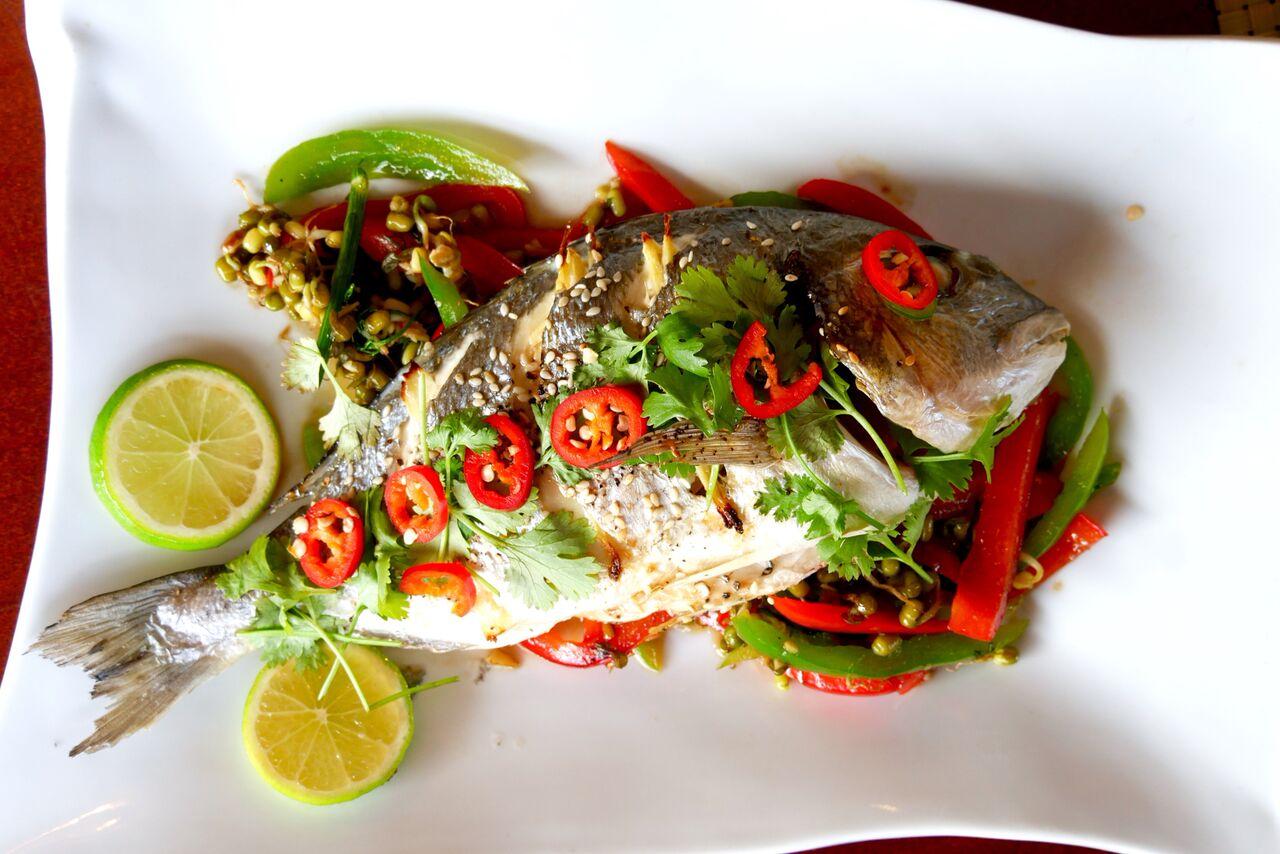 TAIPÄRANE KULDMERIKOGER 16€  Tervisepomm, kus põhirõhk on värskel valgel kalal ja kõrvalstaarideks on taimsed lisandid. Kala on küpsetatud lihtsal viisil ehk luudest puhastamise töö jääb sööja teha - nokitsemisaega võtab, aga lõpuks saab asja ka! Soola on lisatud minimaalselt ja seepärast tuli ka kenasti esile värkselt küpsetatud kala maitse. Maitsestamisruumi on sööjale jäetud palju ning jällegi soovitame laimi peale pigistada. Kõik nõustusime, et seda rooga süües tekkis tunne nagu sööksime midagi eriti puhast.