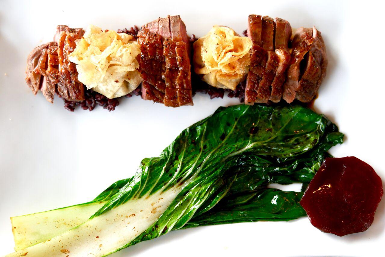 PARDIFILEE 16€   Part Lyoni ja Shanghai moodi, must riis, pak choi   Ühte rooga on mahutatud kahte erinevat moodi valmistatud parti - ideaalne valik kaalu tähtkujus sündinud otsustusvõimetutele inimestele (meie seas neid lausa 3), kes kunagi menüüst lemmikrooga ei suuda valida. Liha, mis kohe pildilt silma hakkab oli mõnusalt pehme ja mahlane. Meile väga meeldis ka, et rasva osa oli ära lõigatud ja et liha kogus nõnda suur oli. Teine ja tegelikult ka palju huvitavam part oli selles pisikeses heledas pakikeses, mida lihatükkide vahel näete. Kogu see pakike läks ühe suure ampsuga suhu ja see krõbe kooslus maitses lihtsalt imeliselt. Lisaväärtust andis üksik peeditükike. Kindlasti proovimist väärt!