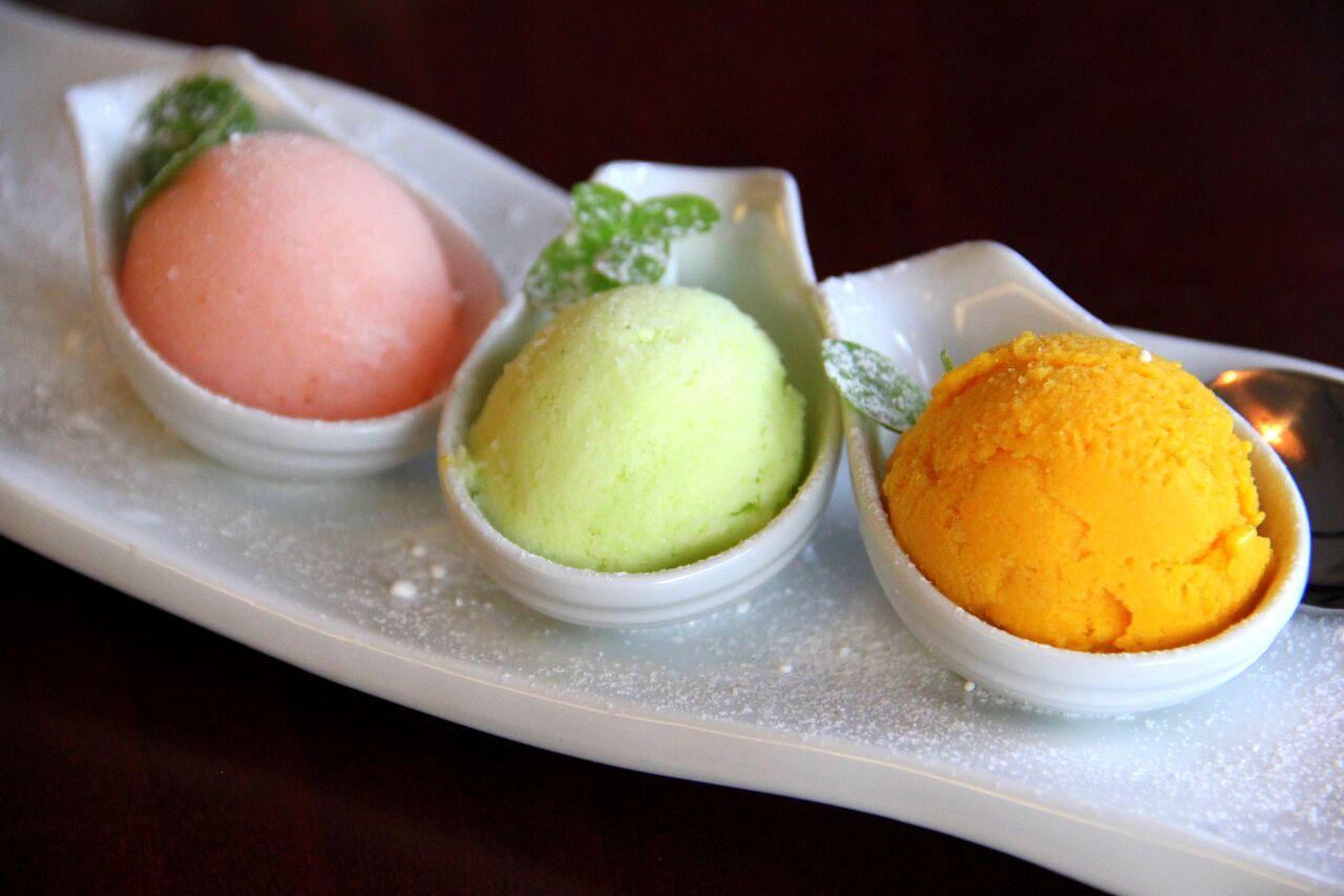 HIINA JÄÄTISED (GF, LF) 5€   ingveri-viina, litši, mango   Tõesti erilised jäätised! Väga värskendava maitsega. Ükski kombo neist ei nõelanud teravalt keelde oma tugeva maitsega, vaid tegi pigem suule pai. Eriliseks lemmikuks osutus litši jäätis. Soovitame proovida, sest teisi selliseid jäätiseid juba naljalt Tallinnas ei kohta!