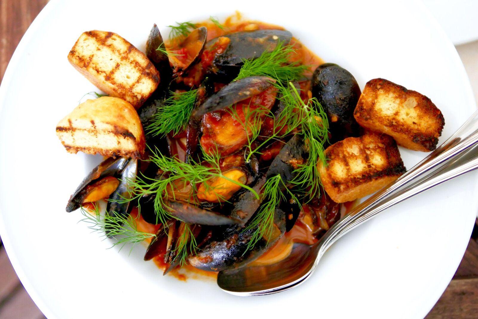 ....  Sinimerekarbid tomati-veinikastmes 12€  Meile väga meeldis Itaaliapärane tomati-veinikaste, mis võrreldes populaarse koorekastmega sinimerekarpidel mõjub maheda ja kergena. Kõrvale lisatud krõbe sai on ideaalne, et ka kogu maitsev kaste kausist kätte saada. Jällegi üks klassika!  ..  Mussels in tomato-wine sauce 12€  You can often get mussels in a creamy white sauce in restaurants, but to be honest this red tomato-wine sauce is just as pleasing as the creamy one - tastes even lighter! We recommend you enjoy this sauce with the crunchy bread, which you can also find on your plate!  ....