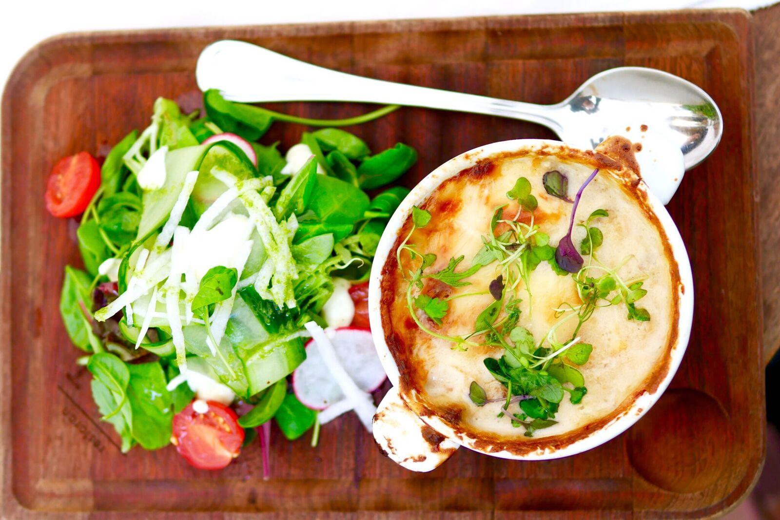 ....  Vege lasanje värske salatiga 11€  Ka see roog on gluteenivaba. Ei nimetaks seda aga lasanjeks, vaid lihtsalt ahjuroaks. Lasanje puhul tekib ootus, mida see roog ei täida - puudub pasta või miski muu sellelaadne tähtis lasanje osa. Antud roa sisemuses polnudki õieti midagi tahket, palju juustu, midagi kastmelaadset ja üllatuseks ka palju (hapu)kurki! Kuigi kirjeldatu ei kõla võib-olla kõige ahvatlevamalt, siis tuleb siiski tunnistada, et toit maitses hästi, kuigi polnud üldse see, mida me ootasime.  ..  Vegetarian lasagna with fresh salad 11€  We wouldn't call it a lasagna, rather just an oven dish. Either way this dish was also gluten-free. It was not even close to what we were expecting to get but we have to say it all tasted quite good.  ....