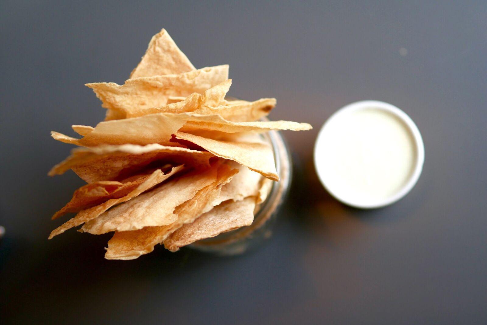 """....  Peatuse krõpsud peterselli-hapukoore dipikastmega 3€  Lihtne värk - purustatud lavašilaastud koos saatjaga. Kaste oli kerge ning vedelapoolsem, mitte nagu klassikaline dipikaste. See krõbe snäkk kadus laualt mõne minutiga!  ..  """"Peatus"""" chips with parsley-sour cream dip sauce 3€  Easy stuff - broken wrapper chips with a nice sauce. The sauce was mild not like a classic dipping sauce. This crunchy snack disappeared from the table in a few minutes!  ...."""