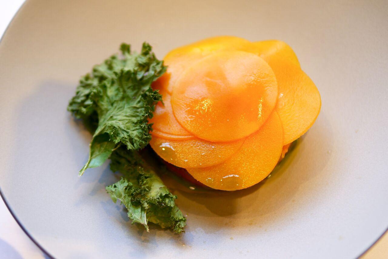 ....  Kõrvitsasalat sooja ricotta juustu ja ürtidega 9€  See eelroog nägi meeldivalt sügisene välja - kaunid värvid ja ilus väljapanek. Kusjuures salatis kasutatud ricotta juust on Ribe kokkade poolt valmistatud! Salatikooslus oli magusapoolsem ning kergelt jõuluhõngune, sest marineeritud kõrvitsa juures oli tunda kaneeli. Ühe näljase arvates ei olnud salati staarideks sugugi mitte kõrvits või ricotta, vaid hoopis röstitud lehtkapsas! See krõmps element on ka üks korduv element Ribe menüüs.  ..  Pumpkin salad with warm ricotta and herbs 9€  This appetizer looked like a beautiful Fall day, just look at the bright colors and beautiful plating. By the way, the ricotta cheese is made right there in Ribe! The salad all together was lightly sweet and Christmasy due to the pickled pumpkin with cinnamon. One of us felt that the star of the salad was neither ricotta or pumpkin, but roasted kale! This crunchy element is also a recurring element in Ribe's menu.  ....