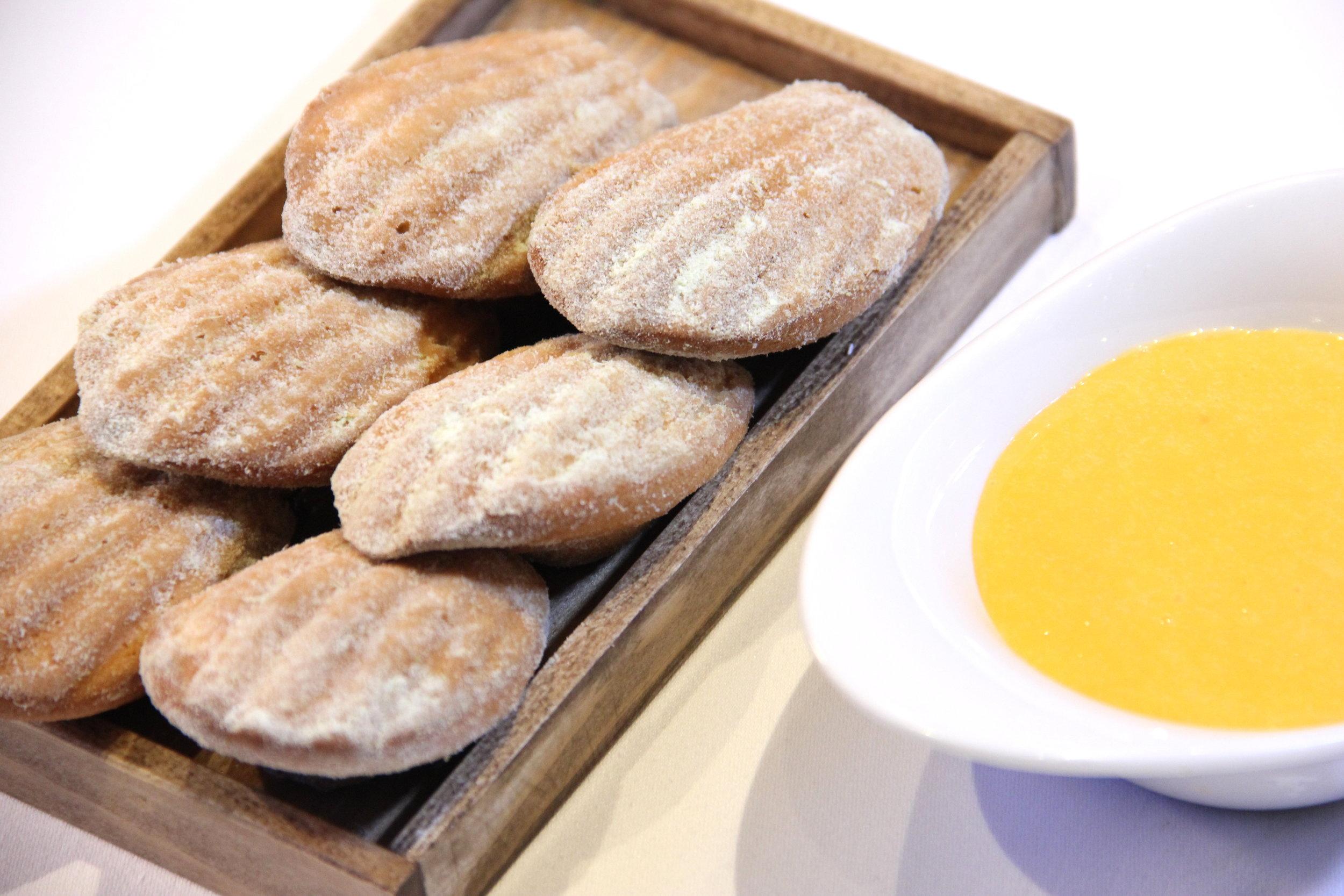 ....  Värskelt küpsetatud Madeleine'id astelpajukreemiga 6€  Teisisõnu prantsusepärased sidruniküpsised. Näevad välja väga tahked, aga sisu on neil hell ja pehme. Peab tõdema, et ilma astelpajukreemita neid üle ühe tüki süüa ei suudaks, kuid koos kreemiga oli see magustoit täiesti nauditav. Küpsised olid soojad ja pehmed ning kogu kooslus magus-hapu. Peab tõdema, et süües neid küpsiseid võis meil kõht ka juba üsna täis olla ning meie hinnang ei ole ka võrreldav eelroogade omaga. Võime aga öelda, et isegi täis kõhu peale sõime peaaegu kõik need ära.  ..    Freshly baked Madeleines and seabuckthorn cream 6€  In other words French lemon cookies. They look hard and solid, but the inside is soft and delicate. To be honest, without the seabuckthorn cream we would have had only one cookie, but with the cream it was much easier to eat them. Cookies are warm and soft and all the combination is sweet and sour. A secret: at that point of the dinner, our stomachs were maybe too full to give an adequate rating to this desserts, cause we were not as hungry as we were with the first appetizer. To conclude this, even though we were full, we still finished the whole plate.  ....