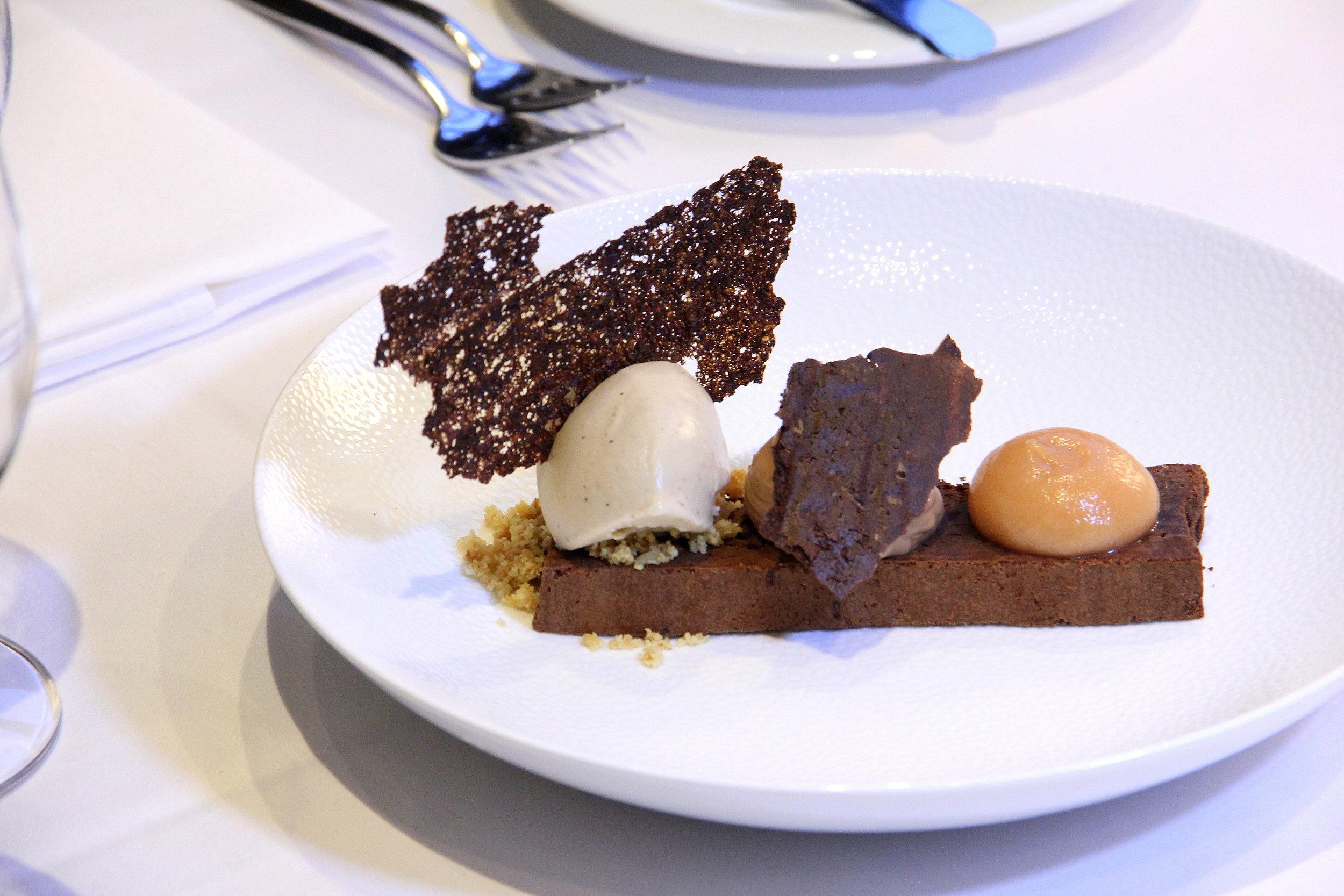 ....  Šokolaadikook ebaküdoonia ja Earl Grey jäätisega 6€  Teiste seast see magustoit liialt esile ei tüki, aga midagi väga klassikalist peab ju samuti menüüsse jätma. Šokolaadikook oleks võinud olla ehk veidi mahlasem, meil kõigile jättis see veidi kuiva mulje. Earl Grey jäätis aga säras oma kogu hiilguses, see oli meile täiesti uus kogemus!  ..  Chocolate brownie with quince and Earl Grey ice-cream 6€  Compared to the other desserts, this did not impress us that much. The chocolate brownie we would have hoped to be a little more moist, it sort of left us craving for moisture. The Earl Grey ice cream was the cherry on top, shining with all its glory, it was a totally new experience for us!  ....
