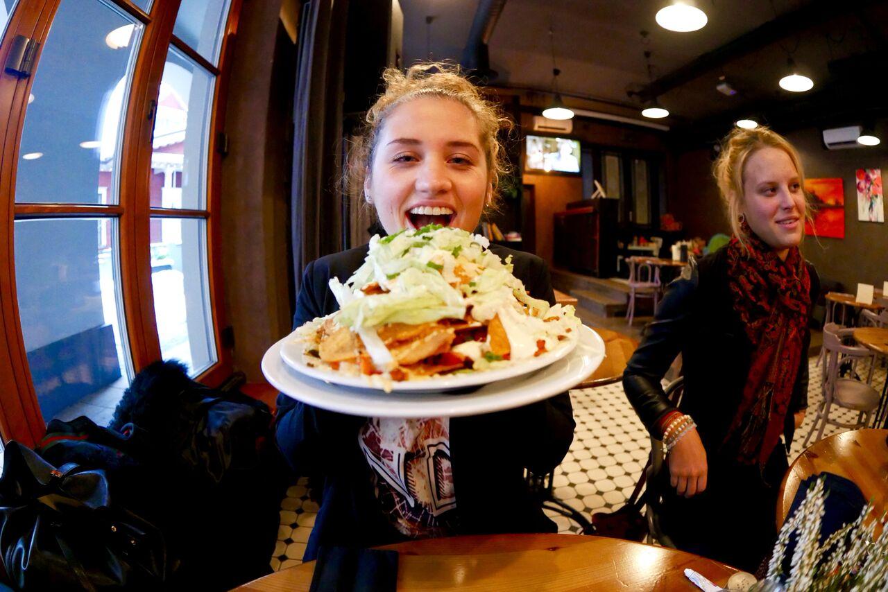 ....  Üllatav segu kõigest ja kõigist tervitas meid Andaluzijas Suns restoranis. Pildil paras ports Neliku neidudele sobivast toidukogusest .  ..  A surprising mix of everything and anything at the Andaluzijas Suns restaurant. A fair portion for The Hungry Four ladies.  ....