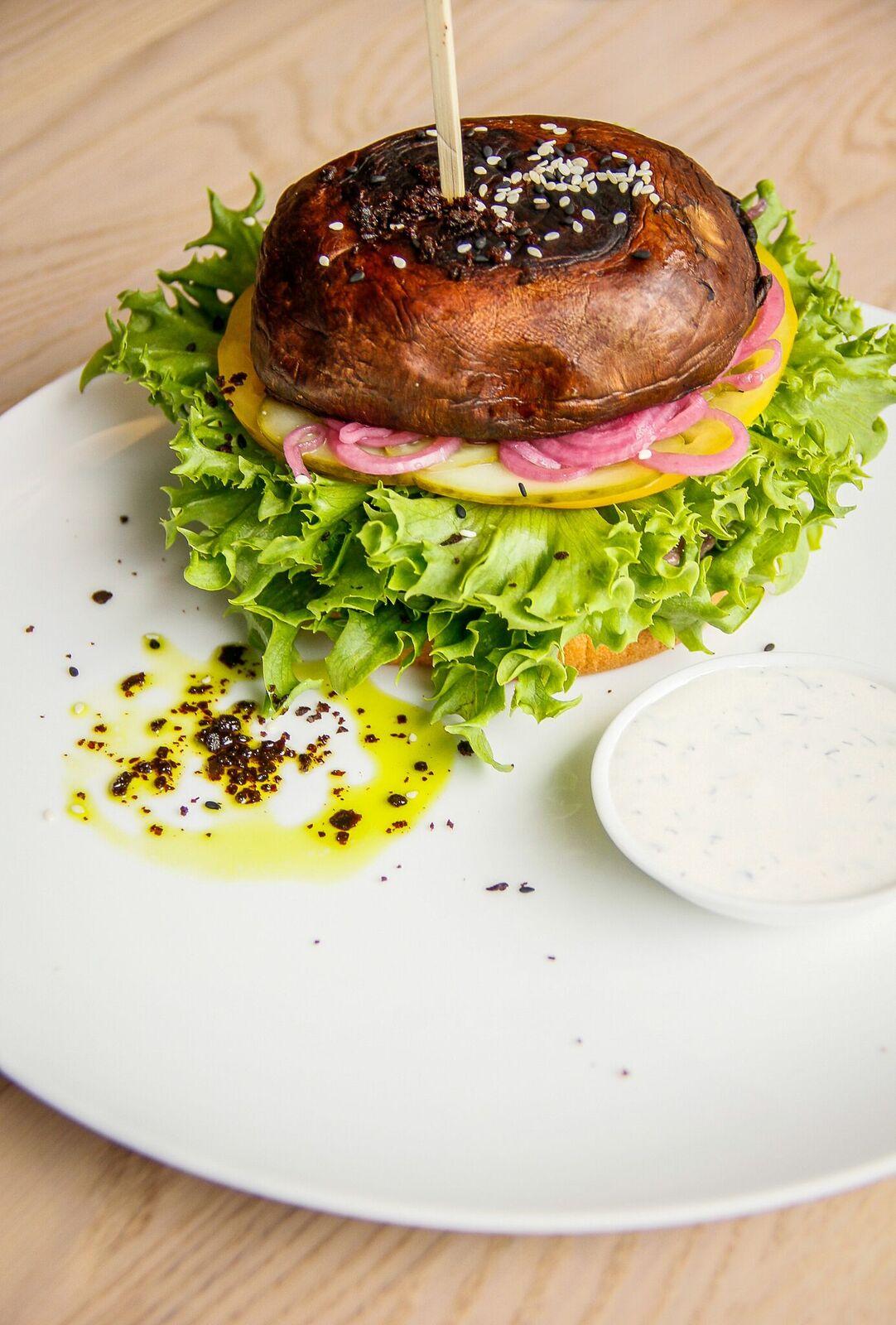 - ....Chapters Portobello Burger 12€NB! Pealkiri võib olla esmapilgul eksitav, sest tegemist ei ole taimetoidu burgeriga. Kirjeldusest selgub, et burgeri vahel on ka Black Anguse liha. Roog on mahlane, värskusest pakatav ning seen valmistas meile kindlasti rõõmu oma olemusega. Ühe jaoks meist oli murekohaks aga liha, mis ei tundunud olevat korralikult läbiküpsenud ja vähendas roa atraktiivsust...CHAPTERS PORTOBELLO BURGER 12€NB! The title of the dish may be a little misleading, because it isn't a vegetararian burger. The description shows that it is with Black Angus meat. The dish was juicy and fresh. The mushroom was nice and mushy. However, one of us thought, that the meat was not cooked properly and the dish had less of an appeal to her because of that. The others enjoyed the burger.....
