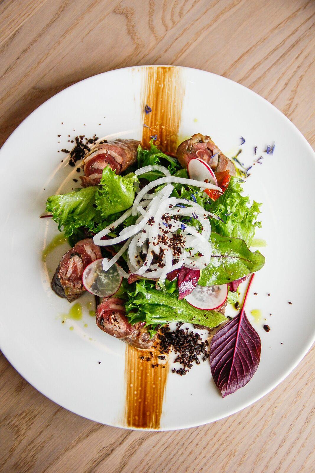 - ....Saltimbocca 7,2€Meie jaoks oli see esimene kokkupuude selle Itaaliast pärit roaga. Roog oli külm, mis pani veidi pettuma, sest soojalt oleks see maitsenud ehk paremini. Tundsime puudust millestki toetavast, näiteks mahlasust lisavast kastmest või mõnest maitsekamast taimsest lisandist. Kui eelnimetatud pisidetailid oleksid juures olnud, kommenteeriksime rooga juba paremini, sest liha ise oli tegelikult maitsev...Saltimbocca 7,2€We had our first experience with this Italian dish. The dish was cold, which was disappointing as it would have been better hot. We missed some support element to it, like some sauce or flavorful vegetable. If these elements would have been present, the dish would have some more life to it. The meat was delicious.....