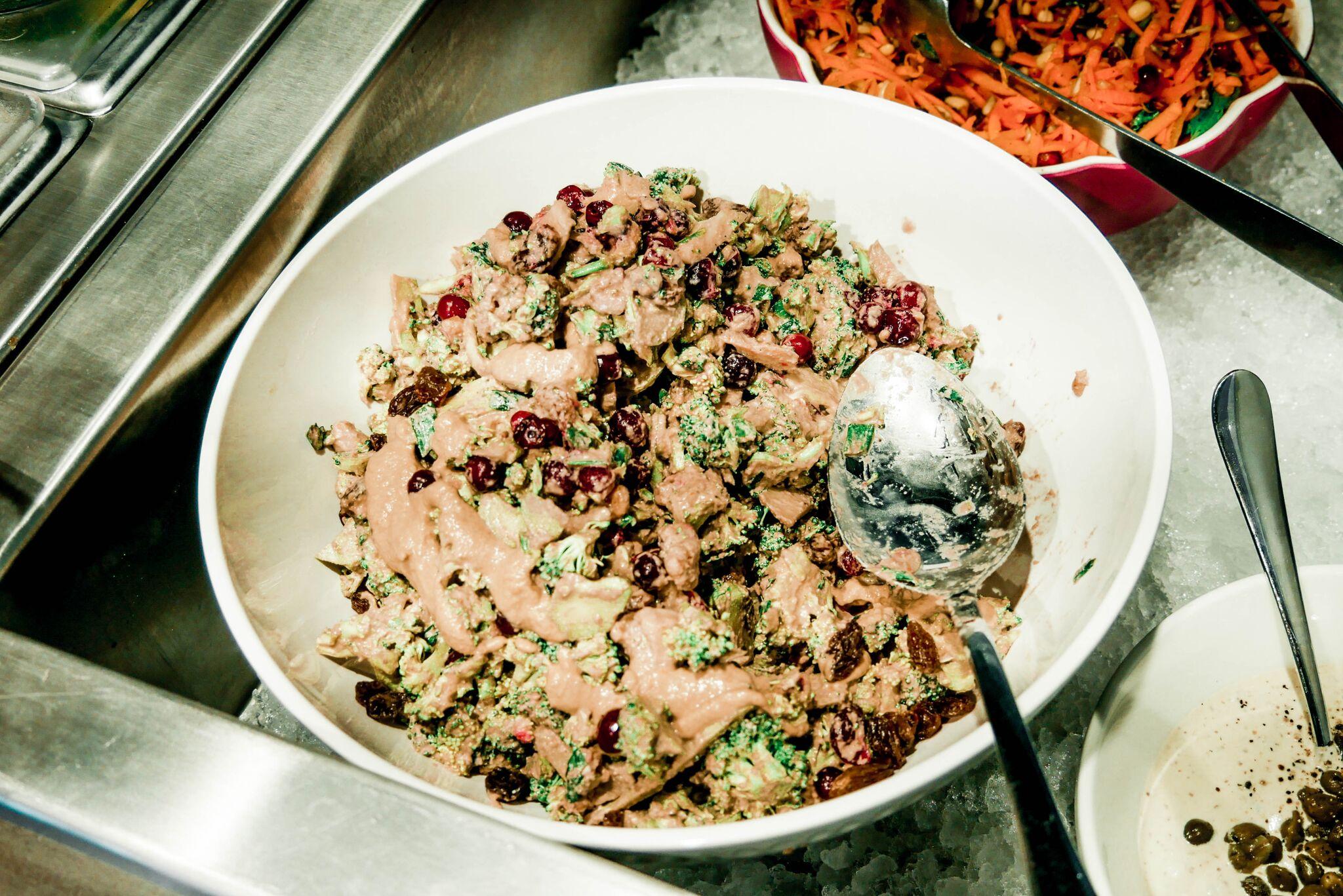 ....Brokkoli-jõhvika salat..Broccoli and cranberry salad.... - ....See oli üks huvitavamaid brokkoli-roogasi, mida siiani proovinud oleme. Sellist mix'i pole varem kohanud, tore kui selline ülitervislik asi nagu brokkoli nii maitsvaks ka tehakse...This was a very interestig way of serving broccoli! isn't is great when something superhealthy is made supertasty a well?....
