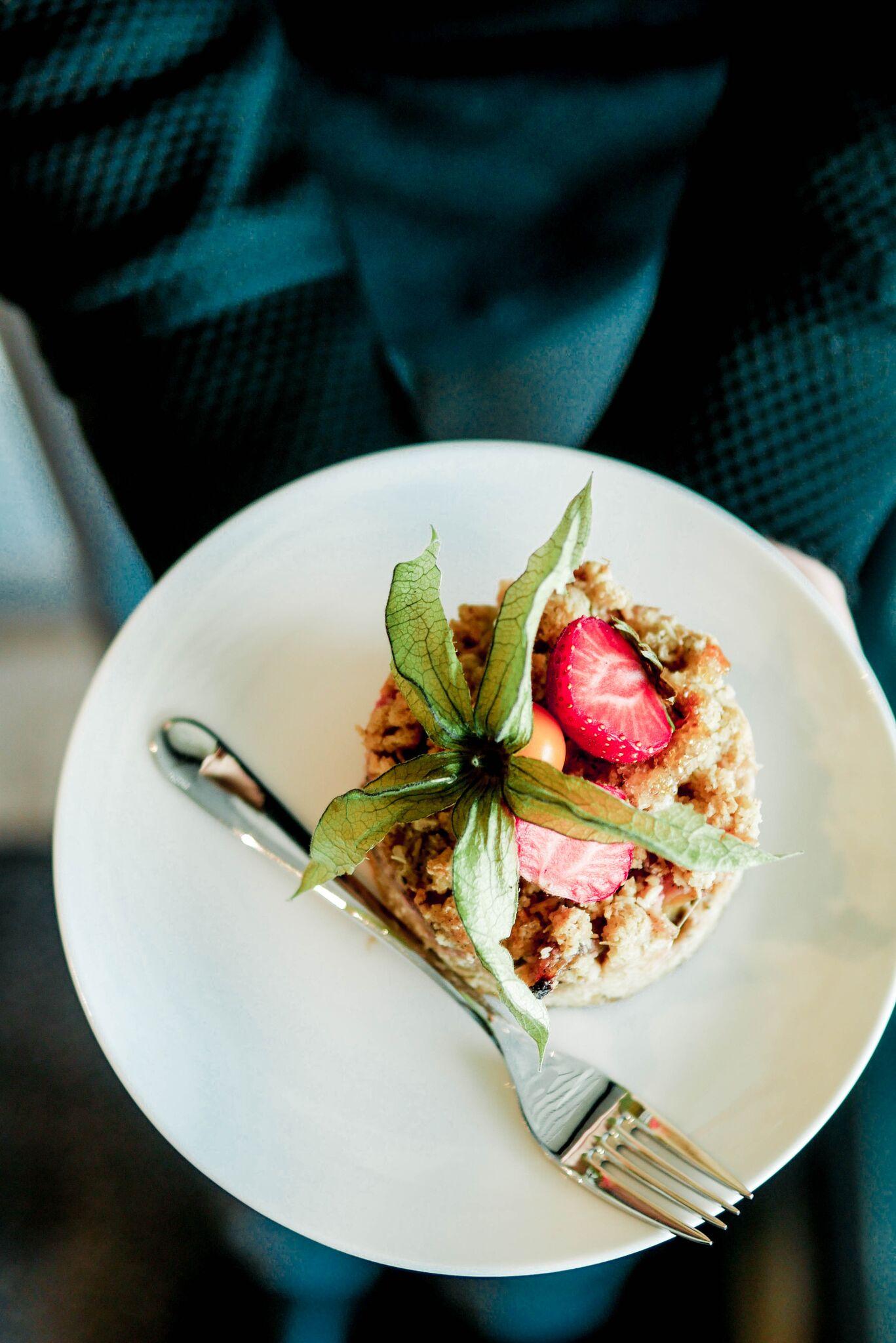 ....Rabarberi purukook..Rhubarb cake.... - ....Väga suvine kook ja hea valik neile, kes ei naudi väga tummiseid magustoite...Very summery cake! A great choice for those who enjoy lighter and slightly sour desserts.....