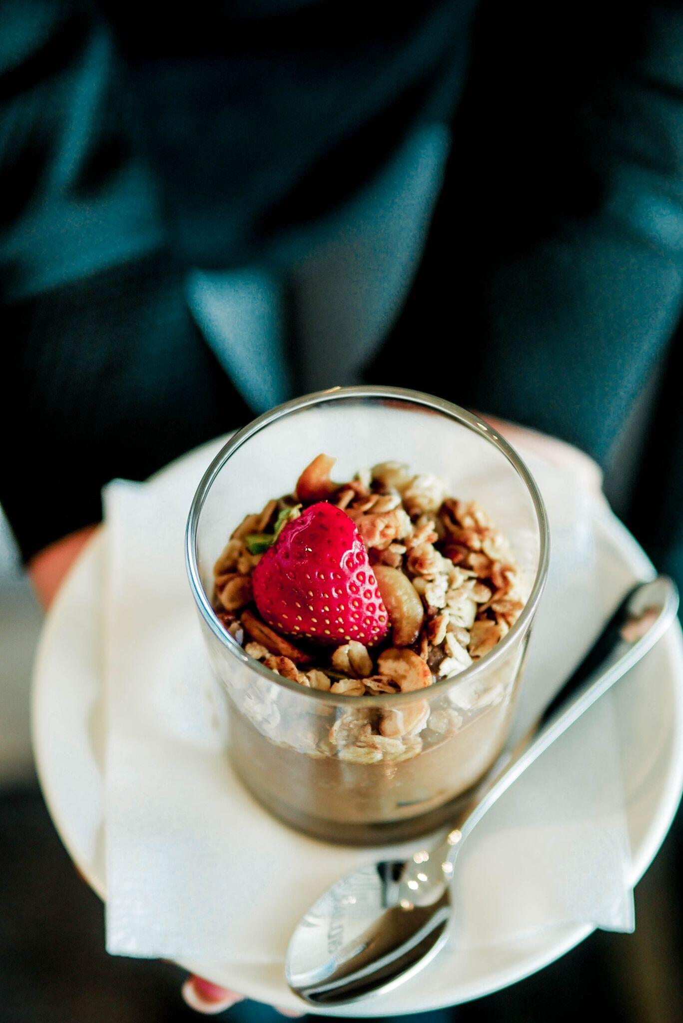 ....Toorkakao-avakaado puding..Pudding of raw cacao powder and avocado.... - ....Selle magustoidu osas tekkisid lahkarvamused:1. Ideaalne hommikusöögiks! Üsna kerge ja mitte väga intensiivse maitsega.2. Nägi hea välja, aga ei maitsenud üldse. Ootasime midagi rammusamat ja kakaopudingu sarnast, aga see maitses tõesti nagu puhas toorkakao ja veel midagi hapukat...We had different opinions on this.1. Would be perfect for breakfast! Quite light and very pleasant.2. Looks good, but doesn't taste as good. We were expecting something thicker and creamier, but this tasted like raw cacao powder with something sour.....