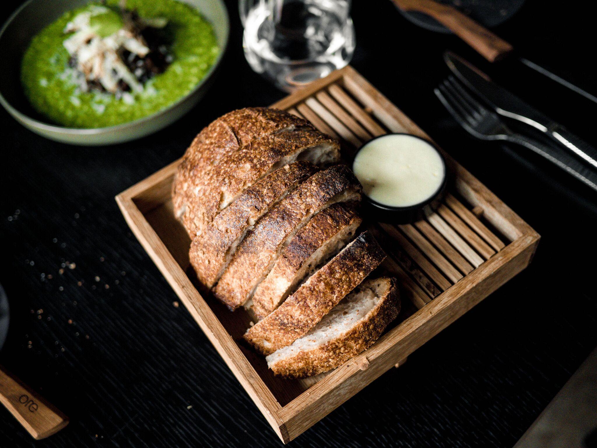 ....  Sai  Tahaks siinkohal tegelikult ka välja tuua ORE leiva, mis on tehtud sourdough'st. Esiteks, seda ei leia eriti tihti restodest. Teiseks, see oli nii hea, et tellisime juurdegi. Soe ja pehme - kiitus!  ..  Bread  Such good bread made of sourdough!  ....