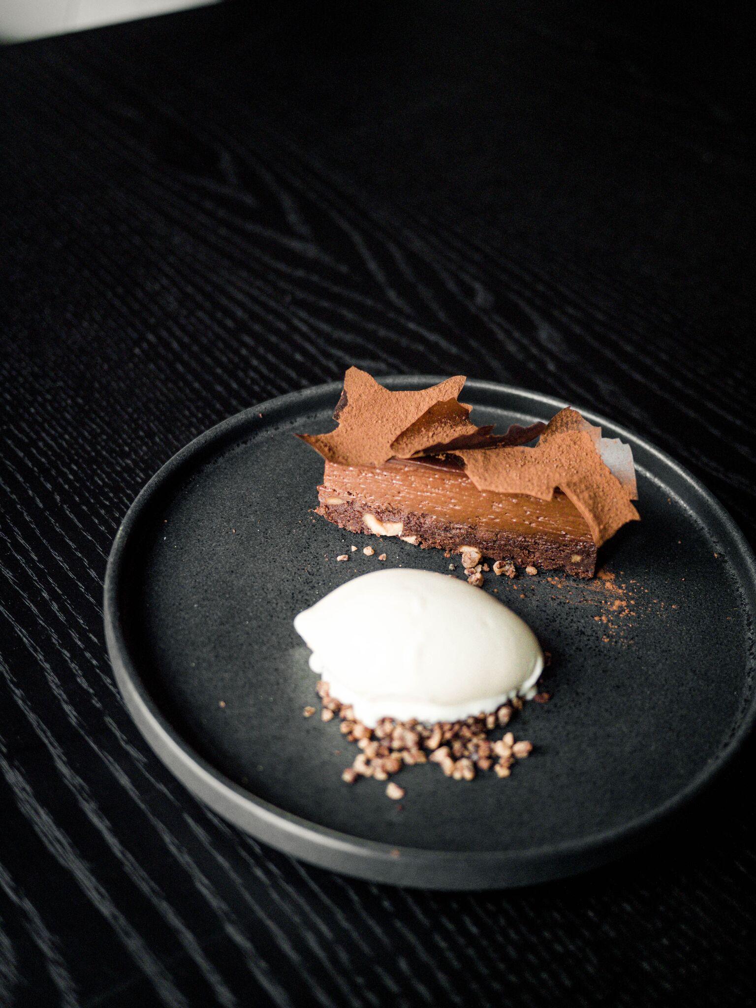 """....  Šokolaadi tarte 6€   hapukoore jäätis, armanjakised ploomid   Kõige tavalisem magustoitudest. Selline """"ah ei midagi uut"""". Aga kui šokolaadikook on see, mida parasjagu ihaldad, siis ega pettuma ei pea.  ..  Chocolate tarte 6€  The most classic of the desserts. Like """"nothing new"""". Although, if you really like chocolate cake, you will not be disappointed!  ...."""