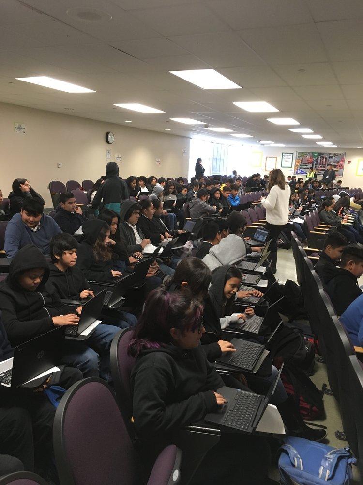 ESTUDIANTES EN VISTA MIDDLE SCHOOL EL DÍA DOS DE la HUELGA DE maestros
