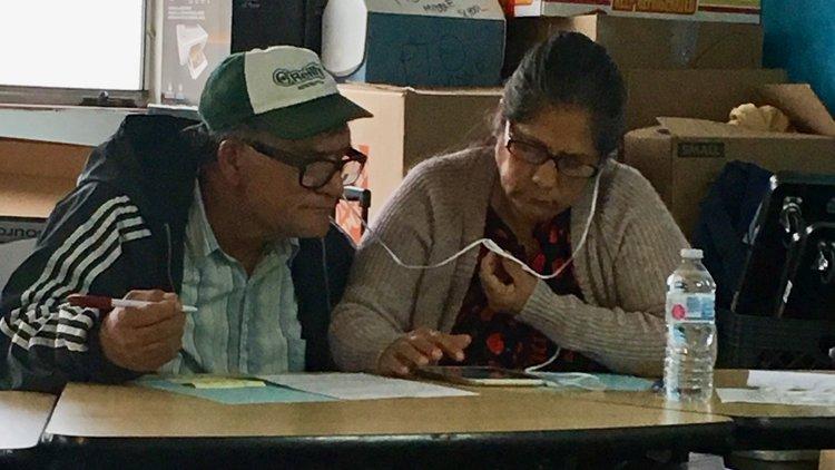 Madre líder de Speak Up María Cedano y su esposo Ramón llaman a votantes