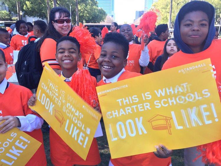 Estudiantes de escuela chárter en manifestación en marzo