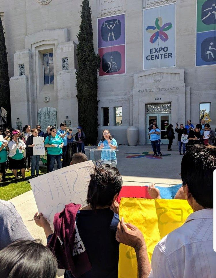La madre ROXANN NAZARIO alza la voz en una manifestación el miércoles protestando AB1505 Y 1506