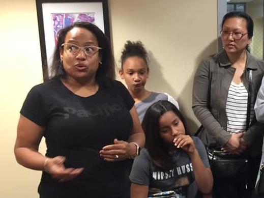 tinisha briley landry de inglewood (izquierda) fue una de los 30 padres y estudiantes que visitaron la oficina de la miembro de la asamblea autumn of burke el viernes para protestar la aprobación de ab 1505, un proyecto de ley que limitaría las opciones escolares de calidad para las familias. El proyecto de ley ahora se dirige el senado estatal.