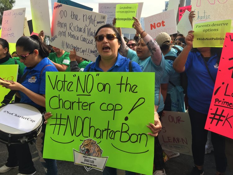 padres de familia protestaron la decisión de la junta directiva de lausd de pedir una moratoria sobre escuelas chárter para ayudar a resolver la huelga de maestros de enero