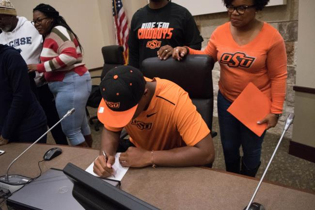 6 Sachse Mustangs take advantage of first ever early signing period - By: Noah Riffe