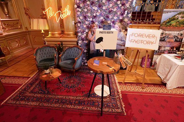 Location✔️ Klänning✔️ Tårta✔️ Fotoautomat ✅  Resten löser sig! Tack besökare i Stockholm och Malmö. Nästa stopp @bjarsjolagardsslott 9/2 och Göteborg 16/2. 💏👩❤️💋👩👨❤️💋👨