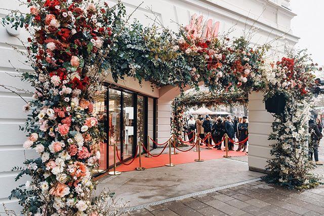 Vilken entré! Vilken kö! Fantastisk invigning av H&Ms flaggskeppsbutik i Malmö förra veckan. Forever Factory förevigade besökarna med Dusty Pink som backdrop. 💐 @gouteva 📷 @piekeventphoto 💡 @dreambagevent