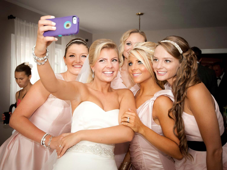 Instagramprinter brud och tärnor tar selfie på bröllopsfest
